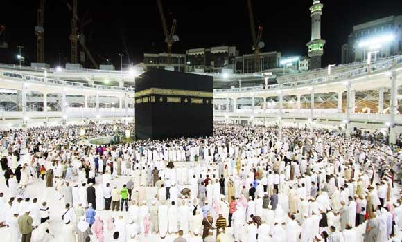 Umrah-worshippers-pray-at-Haram-01