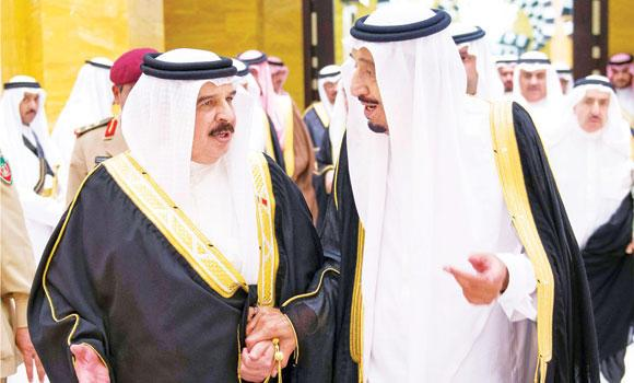 Crown Prince Salman, deputy premier and minister of defense, with Bahrain's King Hamad bin Isa Al-Khalifa at the dinner banquet Prince Salman hosted in honor of King Hamad in Jeddah. (SPA)