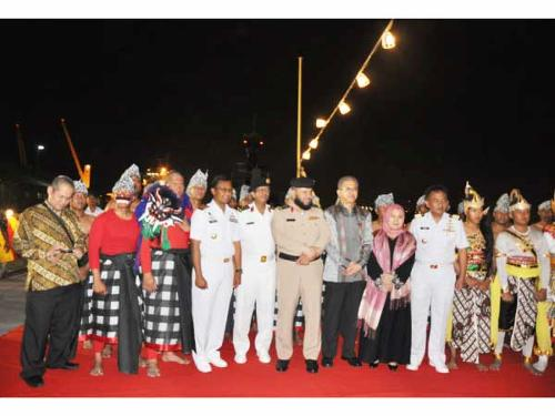 Indonesian navy ship officials along with Saudi officials and Consul General of Indonesia.