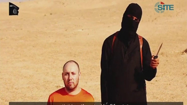 A video purportedly showing U.S. journalist Steven Sotloff kneeling next to a masked ISIS fighter.