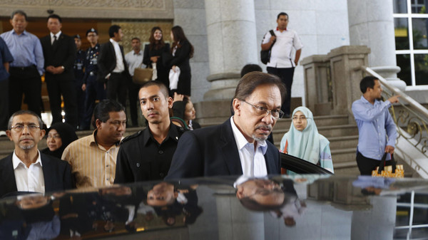 Malaysia's opposition leader Anwar Ibrahim leaves court for lunch at the Palace of Justice during his final appeal against a conviction for sodomy, in Putrajaya October 28, 2014.