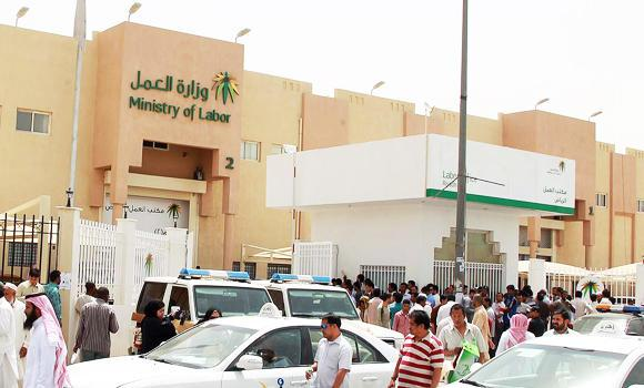 Expatriate-workers-gather-in-front-of-the-Labor-office-in-Riyadh