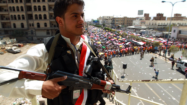 Fighting in central Yemen between Shiite Houthi rebels and an influential tribe in the town of Radda killed at least 250 people over three days of clashes.