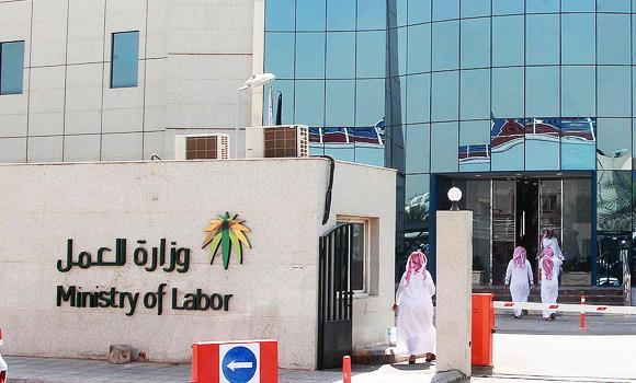 Saudis-walk-into-Ministry-of-labor-in-Riyadh