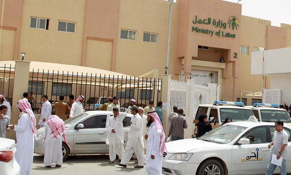 Expatriate-workers-gather-in-front-of-the-Labor-office-in-Riyadh-12
