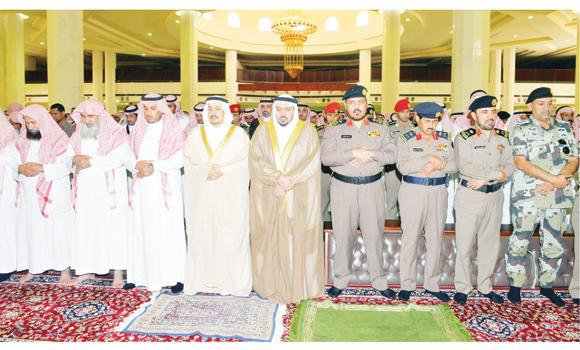 Qassim Gov. Prince Faisal bin Bandar joins funeral prayers for Capt. Mohammed Al-Enezi at Imam Muhammad bin Abdul Wahab Mosque in Buraidah on Wednesday. Al-Enezi was among the two security officers killed in a shootout with terrorists in Shaqra on Tuesday. (SPA)