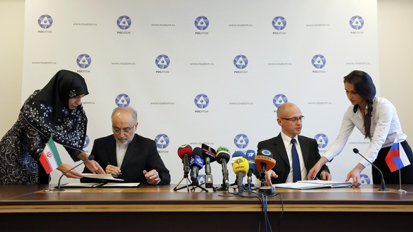 Sergei Kiriyenko (2nd R), head of the Russian state nuclear monopoly Rosatom, and head of Iran's Atomic Energy Organization Ali Akbar Salehi (2nd L) attend a signing ceremony in Moscow.