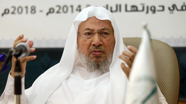 Chairman of the International Union of Muslim Scholars Youssef al-Qaradawi (R) speaks during a news conference in Doha June 23, 2014.