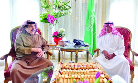 Crown Prince Muqrin, deputy premier and head of the Saudi delegation at the Egypt Economic Development Conference, in talks with Bahrain's King, Sheikh Hamad bin Isa Al-Khalifa, in Sharm El-Sheikh on Saturday. (SPA)