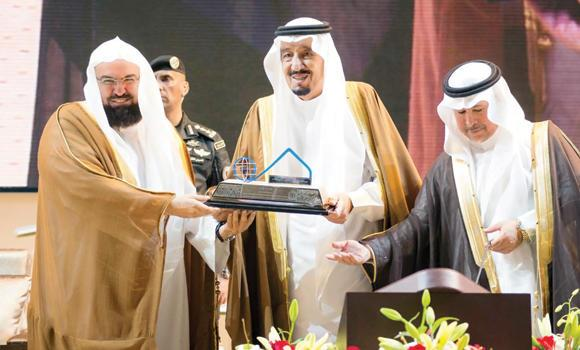 Custodian of the Two Holy Mosques King Salman presents a memento to Sheikh Abdul Rahman Al-Sudais, head of the Presidency of the Two Holy Mosques, at the opening of an international conference on the history of the Kingdom's founder, King Abdul Aziz, in Riyadh on Wednesday. (SPA)