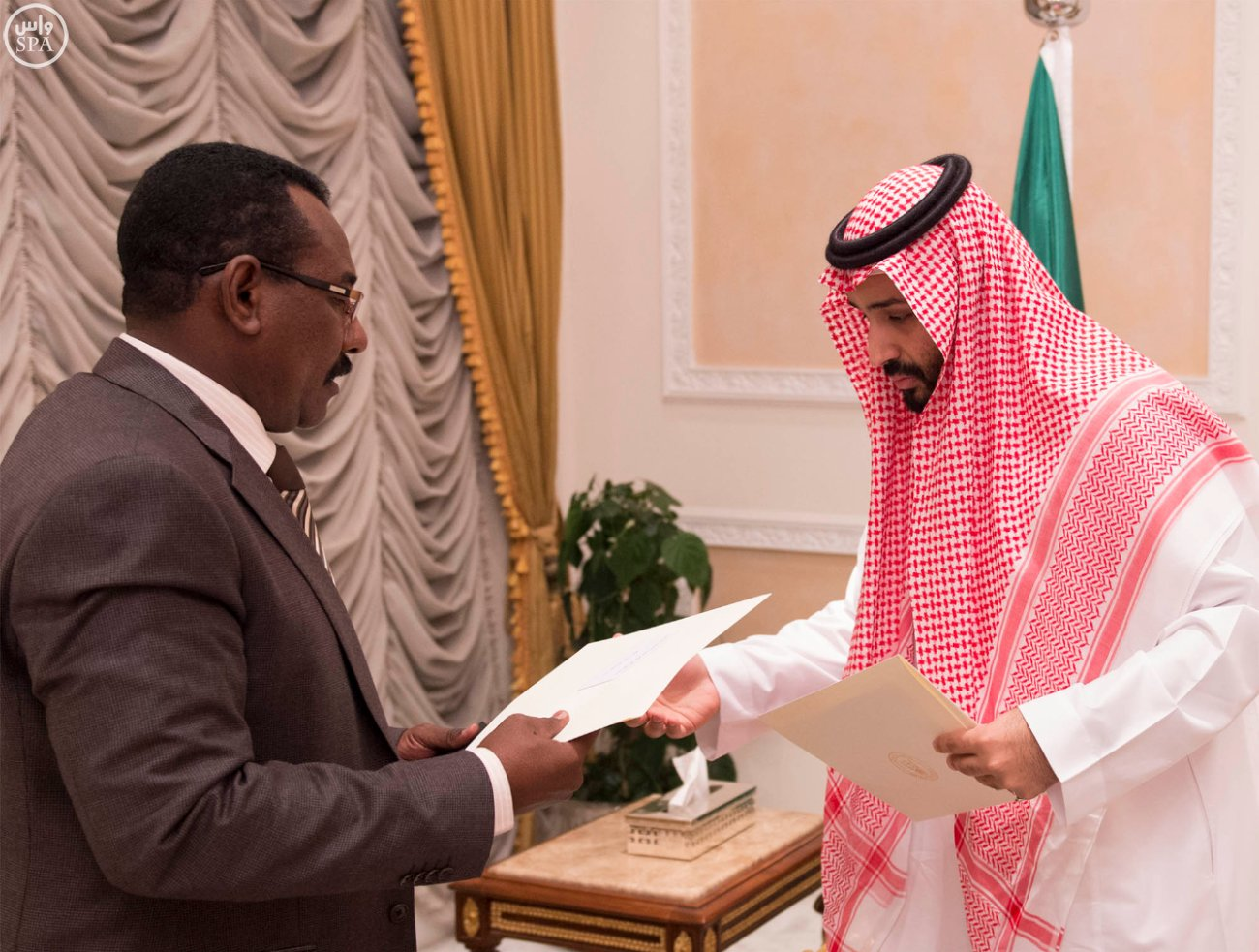 Prince Mohammed recieves messages delivered by Sudanese Minister of State Gen. Taha Othman Ahmed Al-Hussain. (SPA)