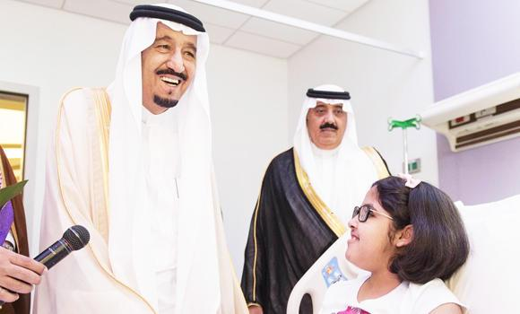 Custodian of the Two Holy Mosques King Salman meets with a patient at King Abdullah Specialist Hospital for Children. (SPA)
