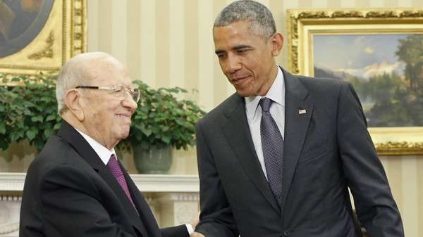 U.S. President Barack Obama (R) shakes hands with Tunisia's President Beji Caid Essebsi in the Oval Office after their meeting at the White House in Washington May 21, 2015.
