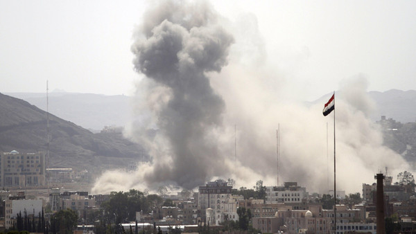 Smoke billows from a Houthi-controlled military site after it was hit by a Saudi-led air strike in Sanaa, Yemen, June 3, 2015.