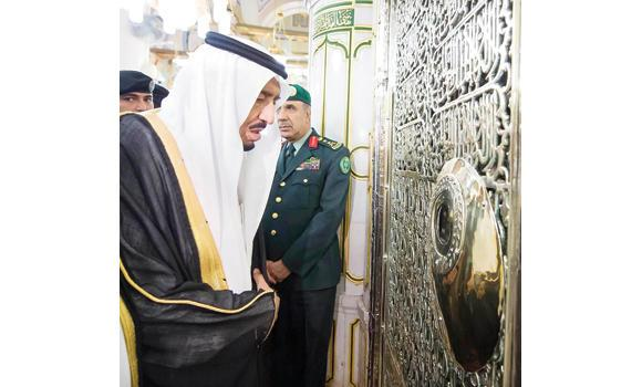 Custodian of the Two Holy Mosques King Salman pays his obeisance at the resting place of Prophet Muhammad (peace be upon him) during his visit to the Prophet's Mosque in Madinah on Tuesday. (SPA)