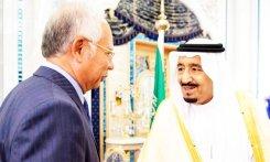 A photo of King Salman receiving Malaysian Prime Minister Mohamed Najib Abdul Razak in Riyadh in March 2016.