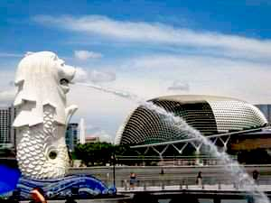 Merlion-in-front-of-Esplanade-0