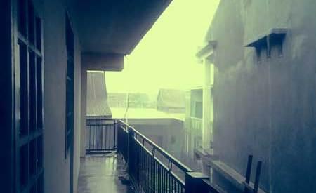 Hujan-diluar-kamar