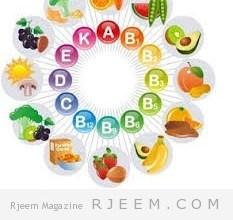 شربى عصير البرتقال سواء كان معصور طازج أو جاهز من الكرتونة ، فإن عصير البرتقال يمتاز بقدرته على خفض مستويات الكوليستيرول الضار في الدم . وفى دراسة حديثة أثبتت أن شرب 3 أكواب من عصير البرتقال فى اليوم لمدة شهر قد رفعت مستويات الكوليستيرول الجيد بنسبة 21٪ وخفضت نسبة الكوليستيرول الضار بنسبة 16٪ . 2. الإكثار من تناول الأوميجا 3 الأسماك هى أكثر من مجرد بديل للحوم الحيوانية ، فالكثير منها يحتوى على الأحماض الدهنية أوميجا 3 التى بإمكانها خفض نسبة الكوليستيرول الضار . فحاولى أن تنظمى وجباتك بحيث تتناولين الأسماك 3 مرات فى الأسبوع على الأقل ، حتى ولو كانت تونة معلبة . أكثر الأسماك الغنية بالأوميجا 3 هى المكريل ، التونة ، السلمون ، والسردين . الأطعمة الأخرى الغنية بالأوميجا 3 هى بذور الكتان ويمكنك خلطها مع الزبادى أو حبوب الإفطار . 3. تناولى الشوفان الشوفان هو مصدر ممتاز للألياف القابلة للذوبان ، والذى يكون طبقة تشبه الجيل فى الأمعاء والتى تمنعها من امتصاص الدهون التى تتناوليها . والمصادر الأخرى للألياف القابلة للذوبان هى القراصية ، الشعير ، الفول ، الباذنجان ، والبامية . 4. ممارسة النشاطات لا تهملى النشاط البدنى لأنه مهم للحفاظ على الصحة العامة للجسم . جربى رياضة المشى لمدة 30 دقيقة يومياً ، أو جهاز تسلق السلم فى الجيم لمدة نصف ساعة . فقد أثبتت الدراسات أن الرياضة تحسن التوازن فى نسب الكوليستيرول الجيد والضار فى الجسم ، مما يقلل من مخاطر الإصابة بالأمراض القلبية .