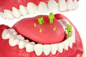"""يمكن لرائحة الفم الكريهة أن تكون علامة للعديد من أمراض الجهاز التنفسي العلوي ، أمراض الفم أو المريء حيث تشكل بعض الروائح إشارة إلى مرض معين"""" في هذا المقال تقدم لك مجلة ريجيم  مدلول هذه الروائح ليسهل  عليك تشخيص مرضك كما تقدم لك اسباب و طرق علاج رائحة الفم :t"""