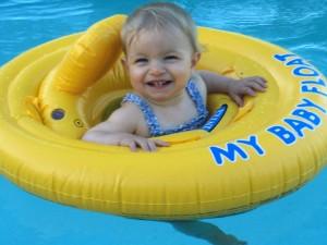 عزيزتي الام اليك  نصائح لتتغلبي  على خوف طفلك من الماء
