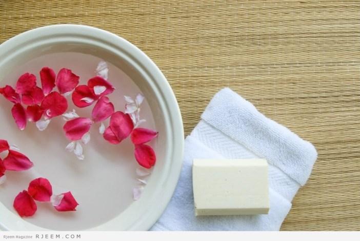 اهمية ماء الورد لعلاج الهالات السوداء