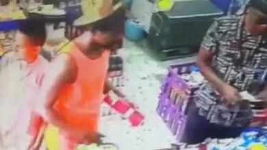Photo of فيديو: ضبط تشكيل عصابي بينهم امرأة وطفل يسرقون المحلات بجدة بطريقة ماكرة
