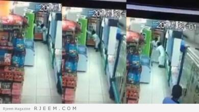 Photo of فيديو: شخص يهاجم متسوق ويسدد له عدة طعنات داخل تموينات بمكة