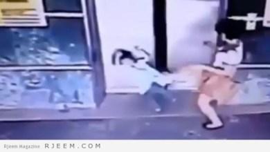 Photo of فيديو: أم تنقذ ابنتها من المصعد بركلة في ماليزيا