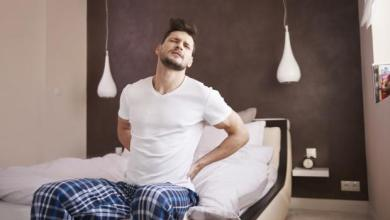 """Photo of لماذا تشعر بأن جسمك """"يتكسر"""" عند الاستيقاظ من النوم؟"""