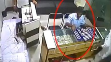 Photo of فيديو: عائلة كاملة تعاقب لص المجوهرات بعد فرحته بالبائع المسن