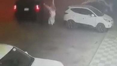 Photo of مرة أخرى خلال أسبوع.. بالفيديو لص يستولي على سيارة تركها صاحبها في وضع تشغيل أمام صيدلية