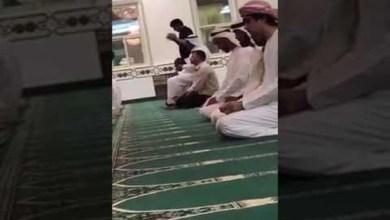 Photo of فيديو: محمد بن زايد يفاجئ مصلين في مسجد بدبي بالصلاة بينهم والسلام عليهم