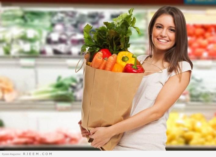 امراة تتسوق الطعام وتشعر بالسعادة