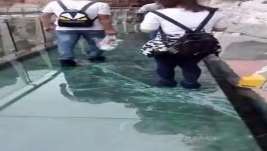 Photo of بالفيديو: جسر زجاجي شاهق الارتفاع يتصدع أثناء عبور السياح عليه