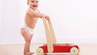 Photo of المشي حافياً يحافظ على قدم الطفل من الانحناءات