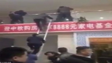 Photo of بالفيديو: معركة عنيفة تنشب بين متسوقين في مركز تجاري صيني