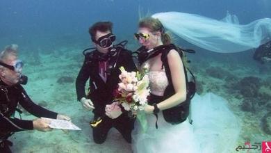 Photo of بالفيديو: غواص يعقد قرانه على عروسه في أعماق المحيط