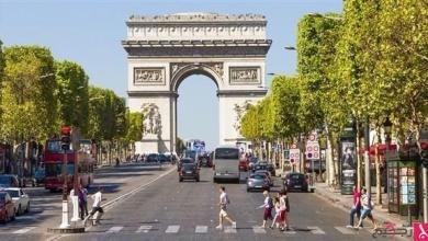 Photo of حملة تدعو الرجال للتوقف عن عادة تقبيل النساء على الخدّين تثير جدلاً في فرنسا