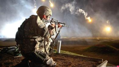 Photo of شاهد| جندي في الحد الجنوبي يحمل زميله المصاب ويرتقى به جبلاً