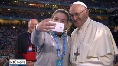 Photo of بالفيديو: سيلفي لفتاة مع البابا في دبلن