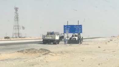 Photo of إزالة قطر من اللوحات الإرشادية على طريق الأحساء السريع