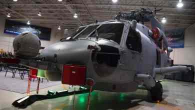 Photo of بالصور: وزارة الدفاع تدشن طائرة MH-60R التابعة للقوات البحرية الملكية.. تعرّف على مميزاتها