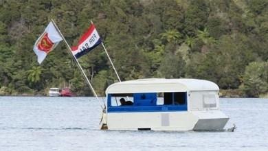 """Photo of """"كارافان عائم"""" يتحول إلى """"قارب صيد"""" في بحيرة بنيوزيلندا"""