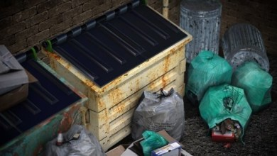 Photo of يغوص في القمامة للبحث عن بطاقة يانصيب ربحت 4.8 مليون دولار