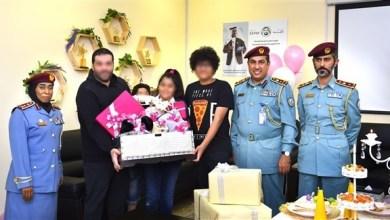 Photo of شرطة الشارقة تستجيب لطلب أحد نزلائها وتستضيف حفل ميلاد طفله