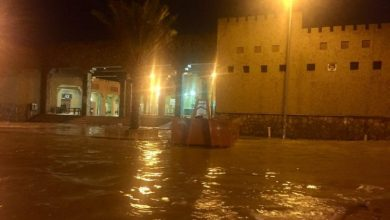 "Photo of بالصور: ""مرور سكاكا"" يغلق الشوارع التي دهمتها مياه الأمطار الغزيرة"