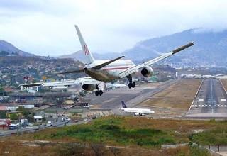 Photo of فيديو.. مشاهد مذهلة لطائرات تهبط في رياح شديدة