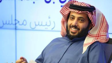 """Photo of تركي آل الشيخ يمازح مقدمة الحفل: """"أخاف يبلشونا الحين يقولون متزوجها"""