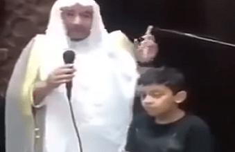 Photo of تصرف طفل مع والده داخل المسجد يثير انتباه الإمام.. وهكذا جاءت ردة فعل الأخير!